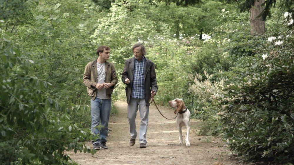 Auf den Hund gekommen: Thorben (Franz Rogowski, links) will von seinem vermeintlichen Erzeuger Rocky (Jan Henrik Stahlberg) mehr über Frauen wissen. Letztlich lernen beide einiges Neues über das Leben.