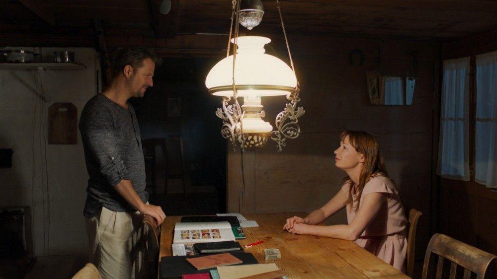 Anna (Birgit Minichmayr) will in der Schweiz einen Roman schreiben, ihr Mann Nick (Philipp Hochmair) Rezepte sammeln.