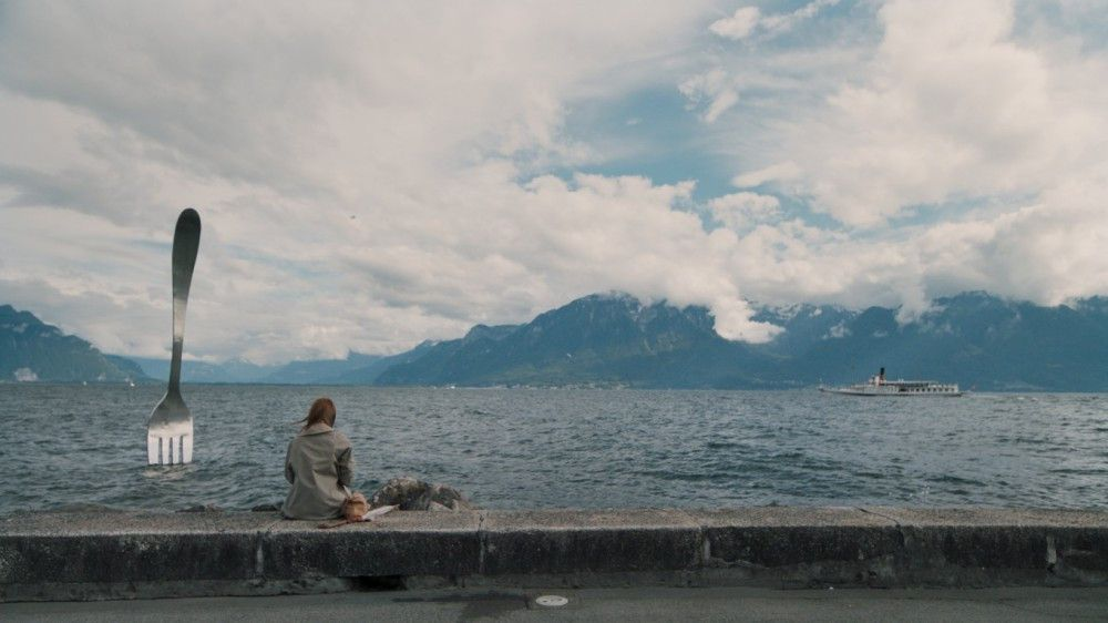 """Ja, da ragt eine riesige Gabel aus dem See. Und das ist noch eines der normaleren Bilder aus """"Animals - Stadt Land Tier """"."""
