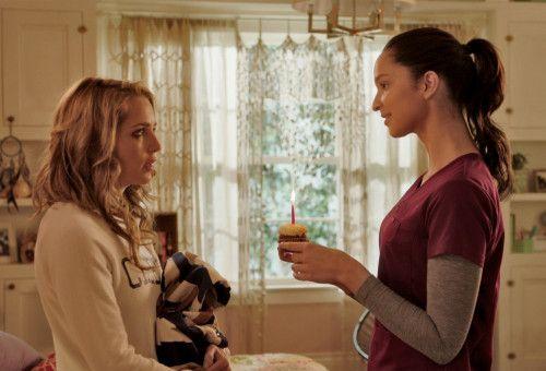 Lori (Ruby Modine) überreicht Tree (Jessica Rothe, links) diesen Kuchen noch ein paar Mal.