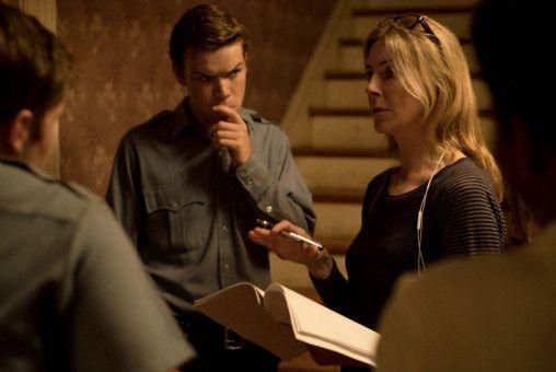 Ausnahmeregisseurin Kathryn Bigelow spricht mit einigen Darstellern, unter ihnen Will Poulter, der den rassistischen Polizisten Krauss spielt, eine Szene durch.