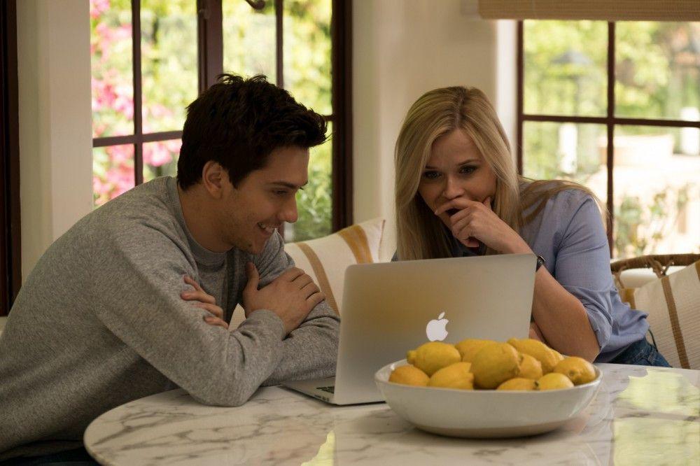 Die neue Wohngemeinschaft klappt gut. Teddy (Nat Wolff) und Alice (Reese Witherspoon) haben ähnliche Interessen.