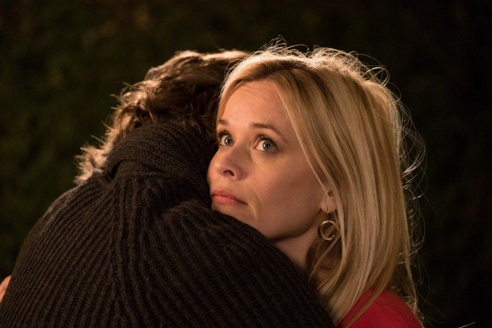 Welchen sie wohl gerade im Arm hat? Alice (Reese Witherspoon) hat plötzlich eine Menge Männer um sich oder sind es doch nur Jungs und ihr Ex?