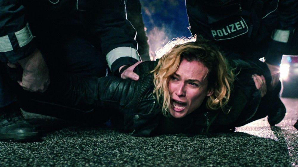 Katja (Diane Kruger) muss mit Gewalt von dem Tatort, an dem ihr Mann und ihr Sohn soeben umgekommen ist, ferngehalten werden.