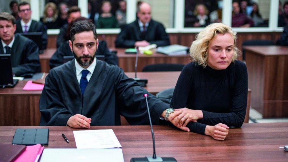 Katja (Diane Kruger) muss im Gerichtssaal einiges über sich ergehen lassen, ihr Freund und Anwalt Danilo (Denis Moschitto) versucht ihr Halt zu geben.