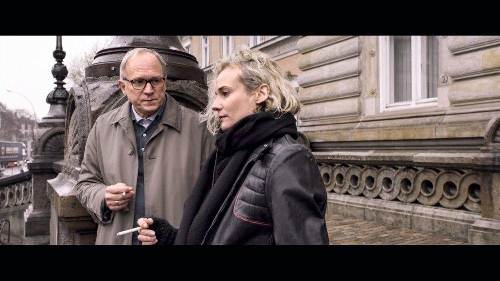 Vor dem Gerichtssaal unterhält sich Katja (Diane Kruger) mit dem Vater des Angeklagten (Ulrich Tukur).