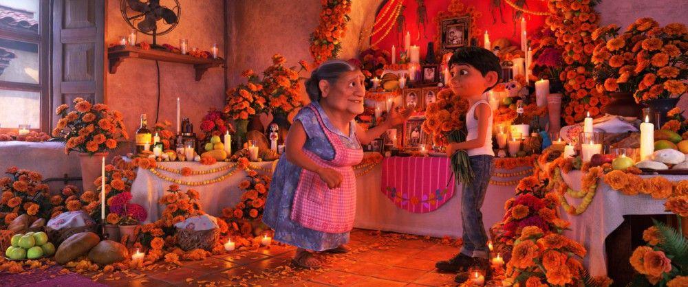 Miguels Oma erklärt ihrem Enkel, wie wichtig es ist, mit einem Familienaltar alljährlich der Verstorbenen zu gedenken.