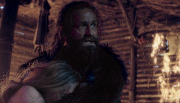 """Jürgen Vogel (hier mit Susanne Wuest) ist unter seiner Maske kaum wiederzuerkennen. Mit seiner körperlichen Präsenz erweckt er den """"Ötzi"""" auf der Leinwand zu neuem Leben."""