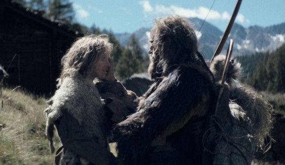 Kelab, der Schamane (Jürgen Vogel) spendet Trost (links: Paula Renzler).