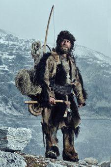 So sah er aus, der Eismann, genannt Ötzi, den JürgenVogel 5.300 Jahre nach seinem Ableben spielt, mit Flitzbogen, Ziegenfell, Bronzebeil und Bärenmütze.
