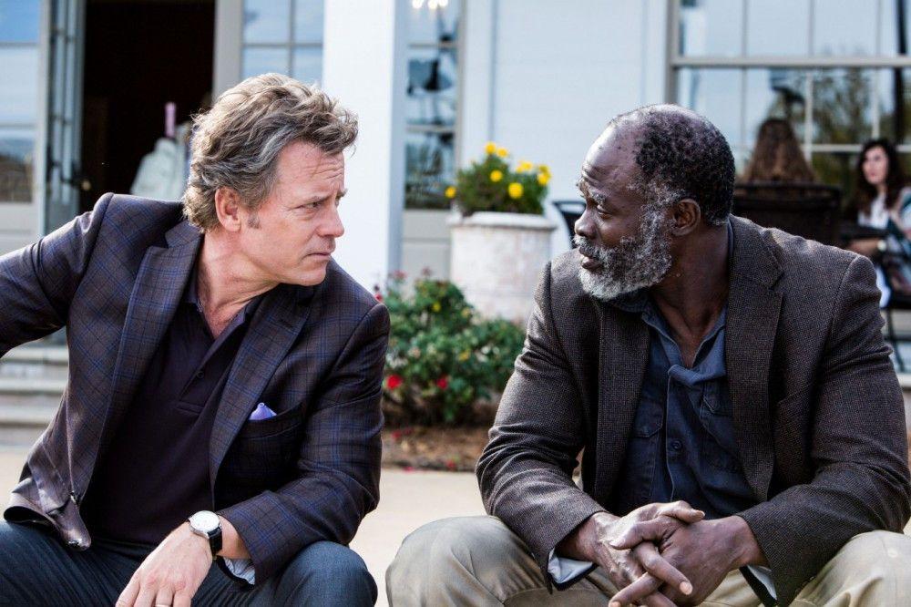 Obwohl sie unterschiedlicher kaum sein könnten, freunden sich Ron (Greg Kinnear, links) und Denver (Djimon Hounsou) an.