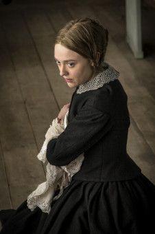 Liz (Dakota Fanning) scheint den Reverend zu kennen.