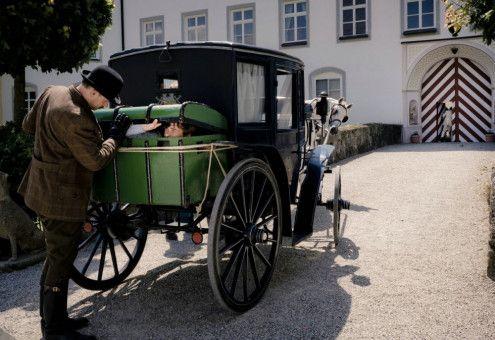 """Diener Jean (Alexander Beyer) hilft """"Schreckies"""" auf Schloss Rosenfels zu gelangen, um dort nach der Schatzkarte zu suchen."""