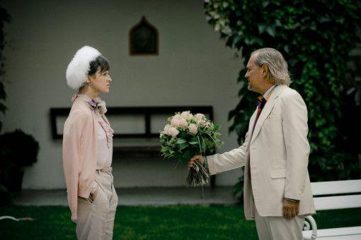 Kuno (Uwe Ochsenknecht) versucht Frau Dr. Horn (Sophie Rois) zu becircen.