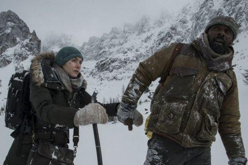 Aus dem Händchenhalten zwischen Alex (Kate Winslet) und Ben (Idris Elba) wird allmählich mehr als Hilfestellung.