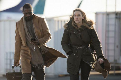 Auf Alex' (Kate Winslet) Vorschlag hin chartern sie und Ben (Idris Elba) ein Propellerflugzeug nach Denver.