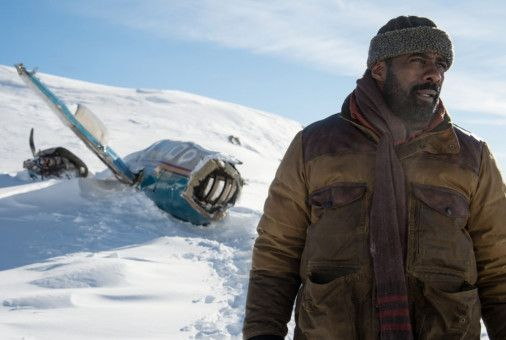 Nach dem Absturz in den tief verschneiten Bergen will Ben (Idris Elba) auf Rettung warten.