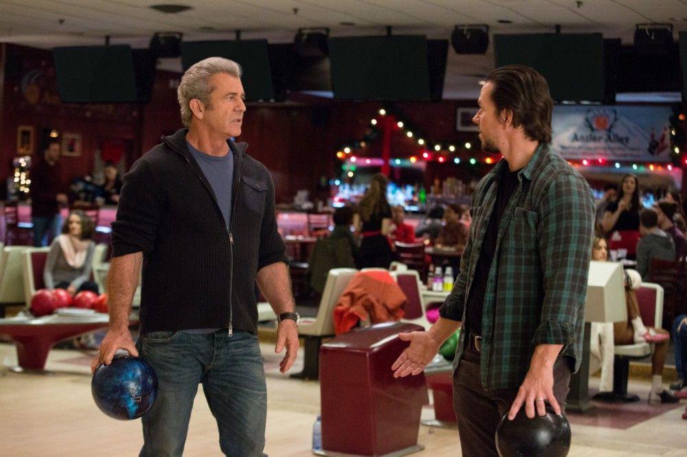 """Kurt (Mel Gibson) versucht, Dusty (Mark Wahlberg, rechts) gegen seinen """"Rivalen"""" aufzustacheln."""