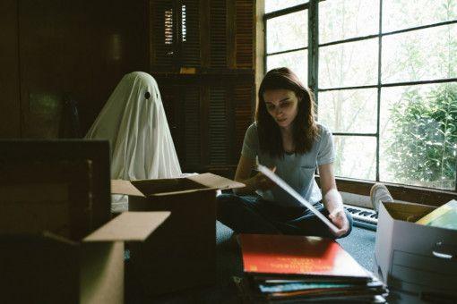 Als Geist bleibt C (Casey Affleck) stets bei seiner M (Rooney Mara).
