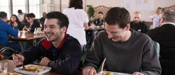 Farid (Soufiane Guerrab, links) und Ben (Pablo Pauly) verstehen sich super, lassen aber auch keine Möglichkeit aus, sich eins reinzuwürgen.