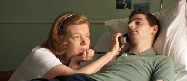 Nichts geht mehr: Ben (Pablo Pauly) kann nur mithilfe der Krankenschwester (Anne Benoit) telefonieren.