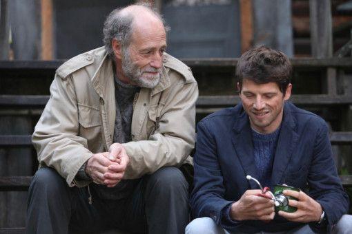 Mathieu (Pierre Deladonchamps, rechts) hört von Pierre (Gabriel Arcand) Geschichten über seinen Vater.