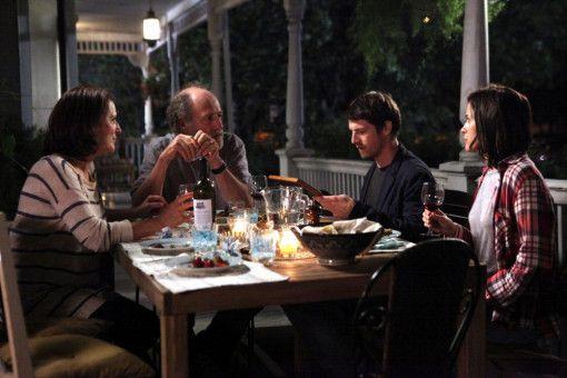 Fast wie in einer Familie: Mathieu (Pierre Deladonchamps, Zweiter von rechts) fühlt sich wohl bei Pierres Frau und Tochter.