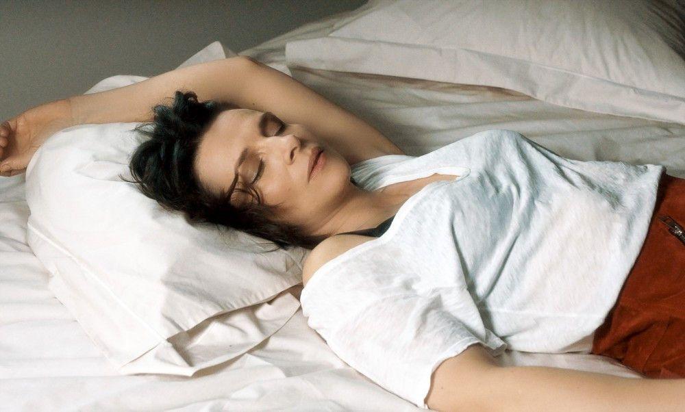 Juliette Binoche spielt die Künstlerin Isabelle, von deren Arbeit wir nichts erfahren, aber umso mehr von ihrem Männerstress.