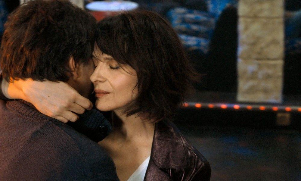 Sylvain (Paul Blain) ist einer von Isabelles (Juliette Binoche) Kandidaten für die große Liebe.