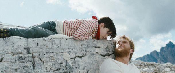 Aaron (Alexander Fehling, rechts) wäre dem kleinen Tristan (Arian Montgomery) gern ein Vater.
