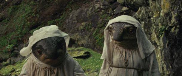 """Auf Ahch-To macht der Zuschauer Bekanntschaft mit einer ganzen Reihe von ungewöhnlichen Bewohnern. Darunter auch die Caretakers. Regisseur Rian Johnson: """"Sie sind alle weiblich, und ich wollte, dass es an eine Art abgeschiedenes Nonnenkloster erinnert."""""""