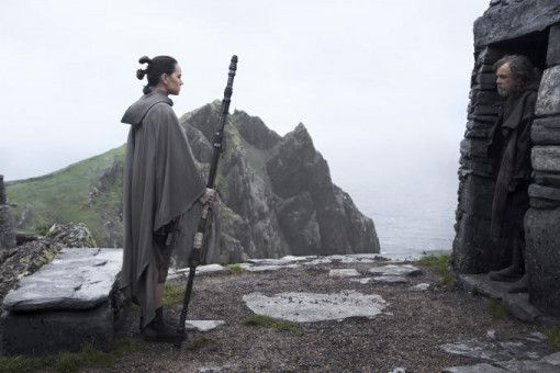 Die junge Rey (Daisy Ridley) bittet Luke Skywalker (Mark Hamill) um seine Unterstützung. Der reagiert zunächst ablehnend.