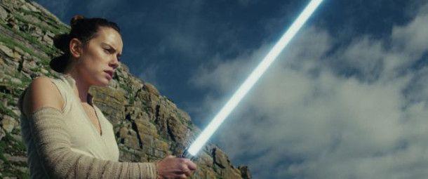 Rey (Daisy Ridley) trifft auf Luke Skywalker, die letzte Hoffnung der Rebellen.