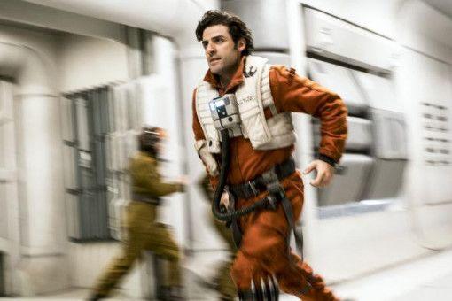 Poe Dameron (Oscar Isaac) führt die Staffel der X-Flügler im Kampf gegen die Erste Ordnung an. Abgesehen von ein paar Weltraumschlachten spielt er diesmal keine allzu große Rolle.