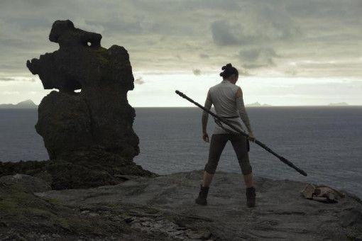 Im Vorfeld wurde eifrig über die familiäre Herkunft von Rey (Daisy Ridley) diskutiert. Der Film legt in dieser Hinsicht immer wieder neue Fährten und gibt schließlich auch eine Antwort.