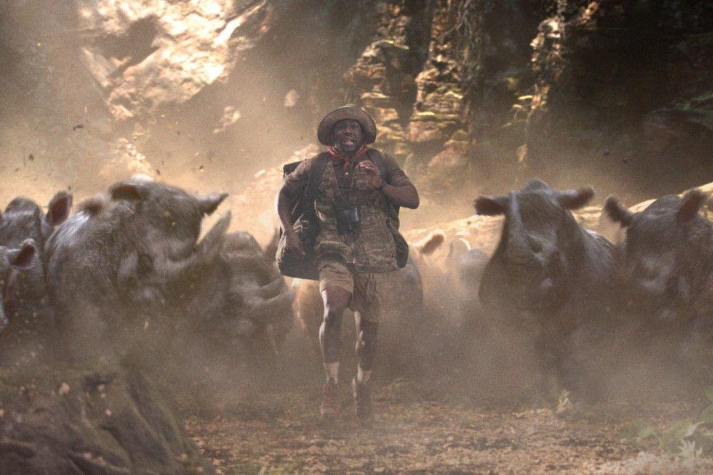 Perfide an dieser Jagdszene ist: Fridge (Kevin Hart) hat als Spielfigur eine große Schwäche. Schnell laufen kann der Footbal-Star in Jumanji nicht.