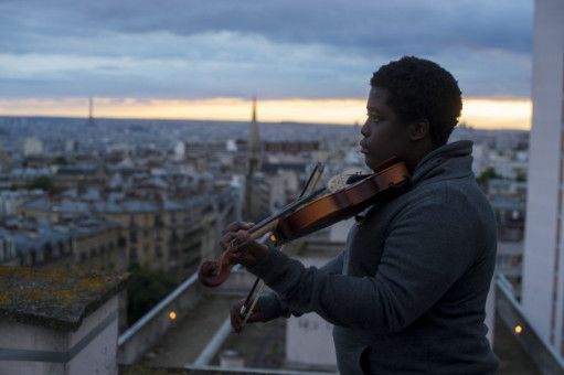 Auf dem Dach des Mietshauses, in dem er wohnt, übt Arnold (Renély Alfred) das Geigenspielen und verrät dabei enormes Talent.