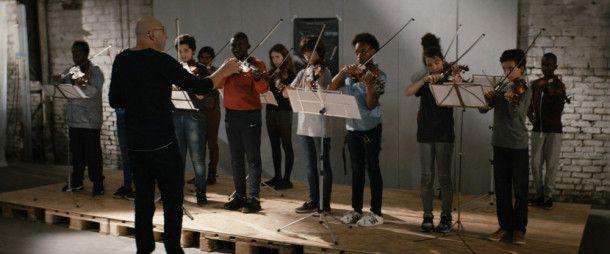 Simon Daoud (Kad Merad, vorn) versucht aus einer sechsten Klasse von frechen Strolchen eine Geiger-Gruppe für den Auftritt in der Pariser Philharmonie zu schmieden.