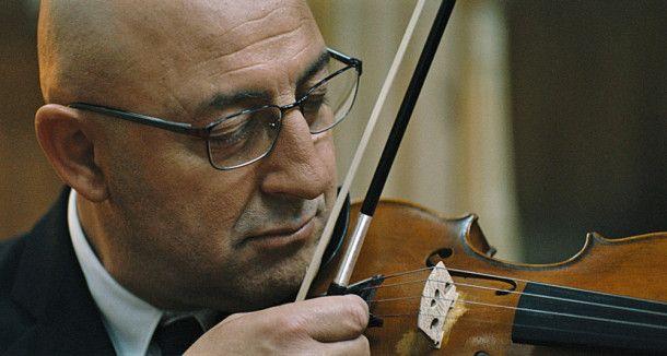 Daoud (Kad Merad) ist eigentlich Konzertmusiker, muss sich aber mangels Engagement als Geigenlehrer durchschlagen.