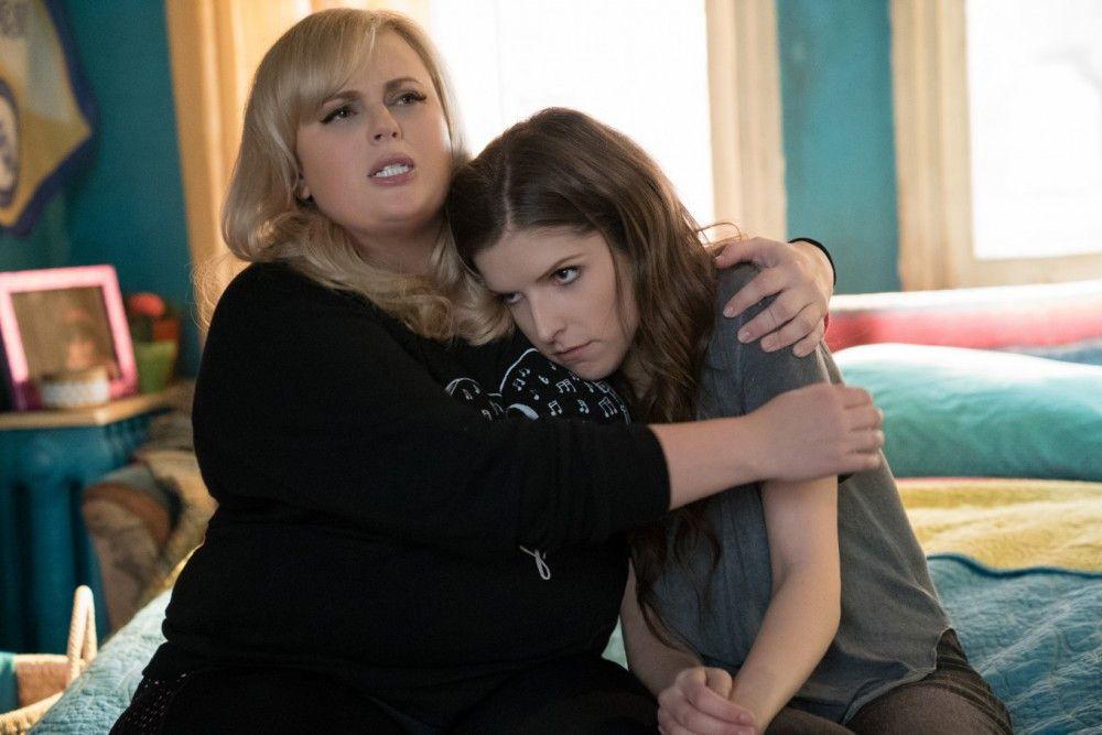 Fat Amy (Rebel Wilson, links) und Beca (Anna Kendrick) sind nach dem College zusammengezogen.
