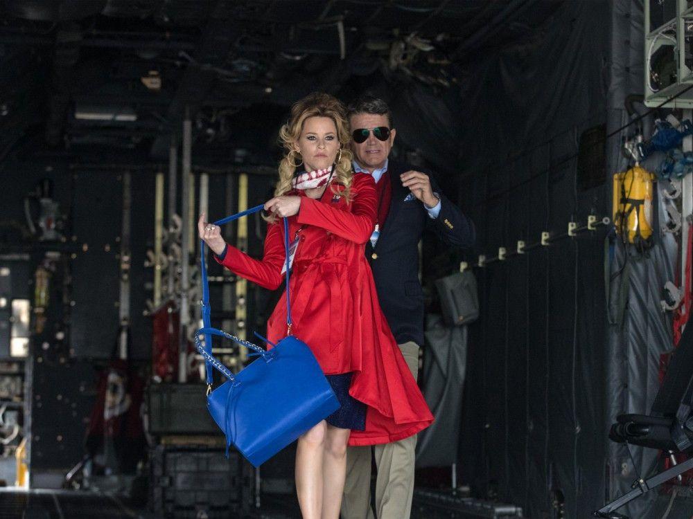 Das bissige Moderatoren-Paar Gail (Elizabeth Banks) und John (John Michael Higgins) lässt sich die Tournee der Barden Bellas nicht entgehen.