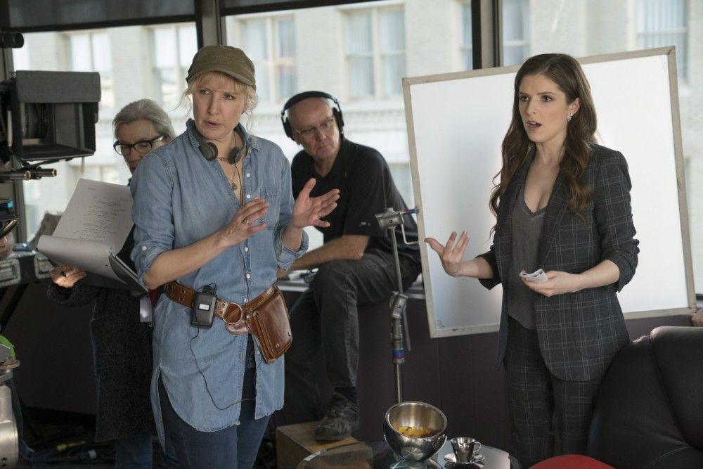 Regisseurin Trish Sie und Beca (Anna Kendrick) am Set.