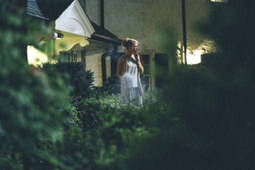 Auszeit von der Vernunft: Die Ärztin und zweifache Mutter Anna (Nicole Kidman) geht vor der Tür ihres Hauses rauchen.