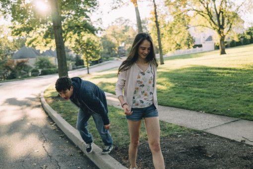 Kim (Raffey Cassidiy), die 15-jährige Tochter des Ärzte-Ehepaares, geht mit dem neuen Besucher und Freund der Familie, Teenager Martin (Barry Keoghan), eine Runde spazieren.