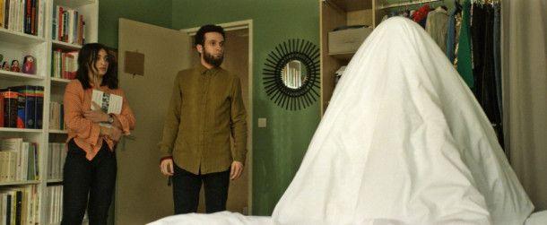 Leila (Camélia Jordana) hat Angst, ihr Bruder Mahmoud (William Lebghil) stutzt - wer steckt da unter der Bettdecke? Scheherazade oder Armand?