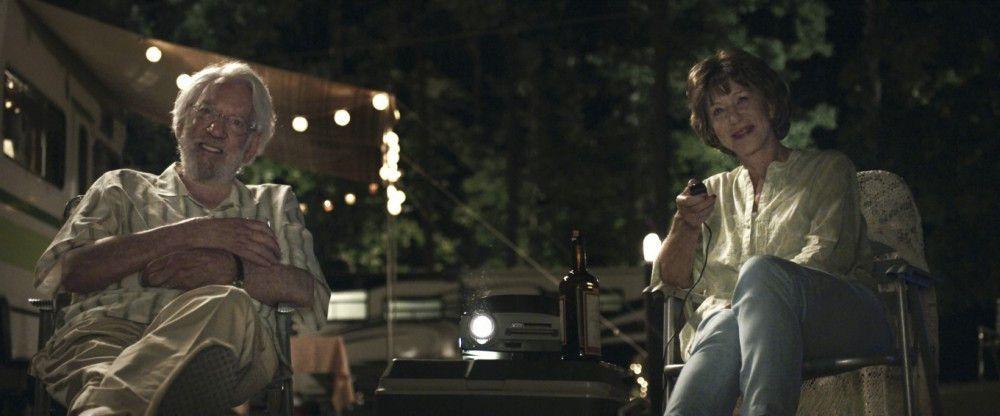 Abends auf den Campingplätzen schauen sich John (Donald Sutherland) und Ella (Helen Mirren) alte Dias von ihrem Familienleben an.
