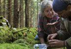 Boros (Miroslav Krobot) zeigt Duszejko (Agnieszka Mandat) wie Insekten von Pheromonen gesteuert werden.
