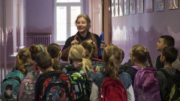 Gemeinsam mit den Schulkindern, die Duszejko (Agnieszka Mandat) unterrichtet, sucht sie nach ihren verschollenen Hunden.