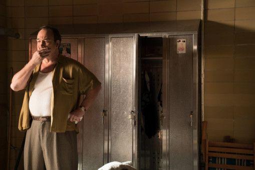 James Belushi spielt einen ruppigen Karussellbetreiber.