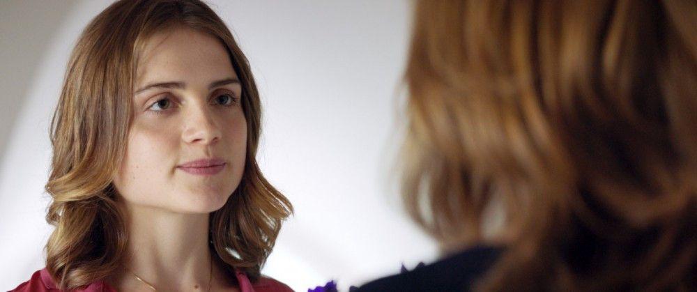 Stella (Mala Emde) unternimmt keine Anstalten, mit der Ehefrau Richards zu reden.